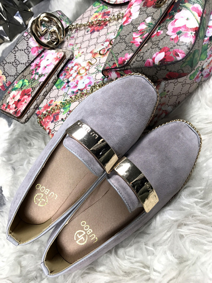 Grey loafer with badge Chain